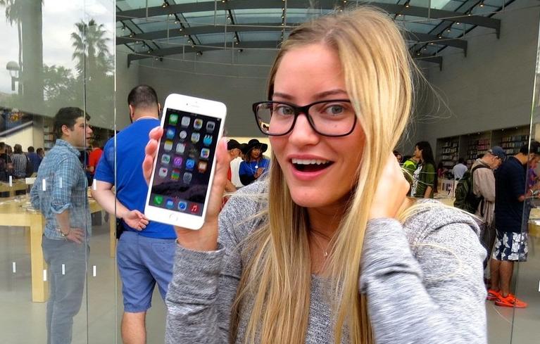 iPhone 6 Plus в руках любительницы больших игрушек =)
