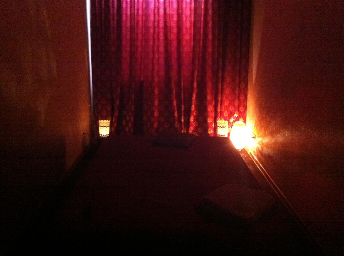 Убогие апартаменты современного «Бордо», где умудрились даже не сделать изоляцию от дневного света. Стенка слева - стенка справа, как в монастырской кельи