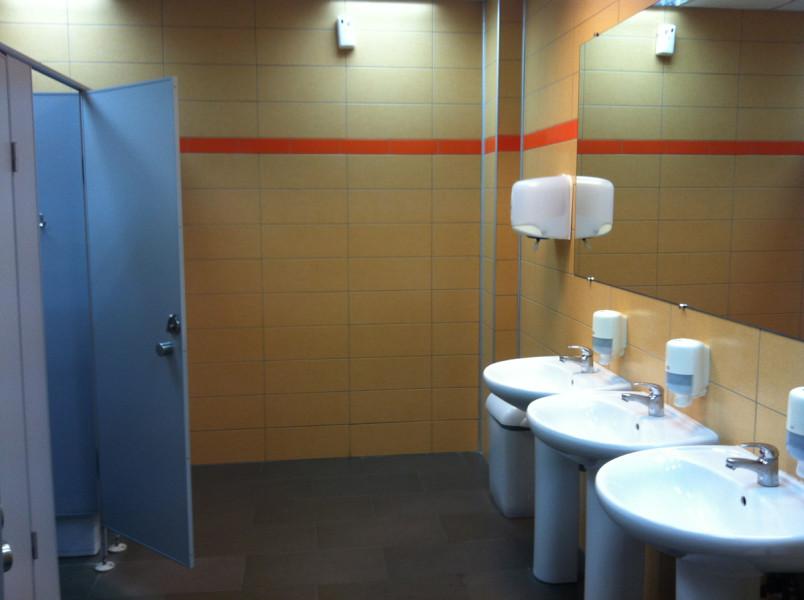 Раковины и туалеты. Всё чисто, просторно и просто шикарно =)