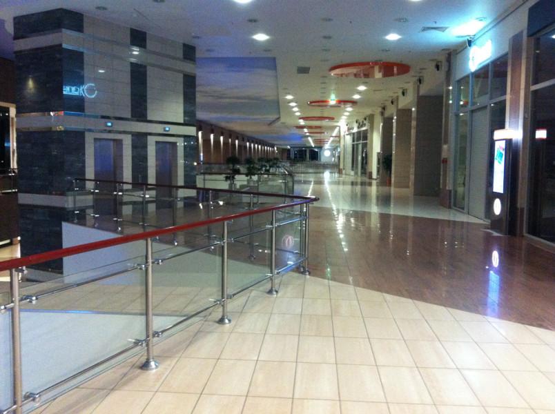 Торговый комплекс уже давно закрыт, а Лидер Спорт работает до полуночи